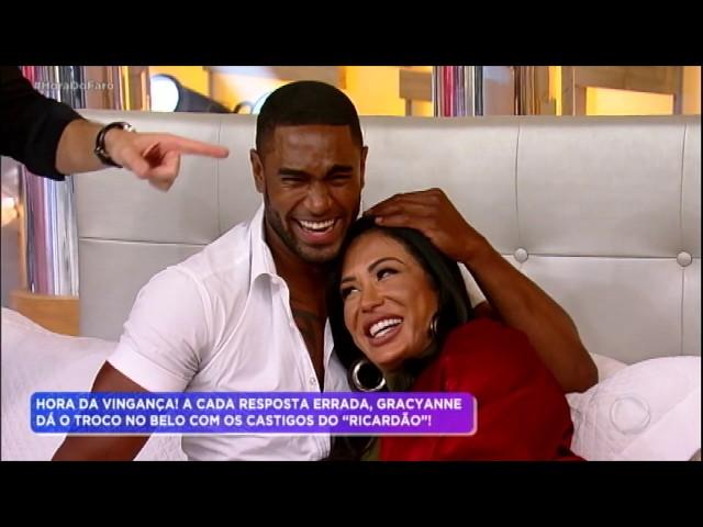 """""""Ricardão"""" carrega Gracyanne Barbosa no colo e a leva para a cama"""