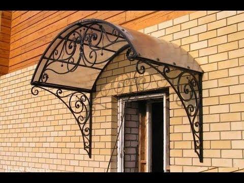 Арочный козырек для двери из металла над входом в дом на фасаде из .