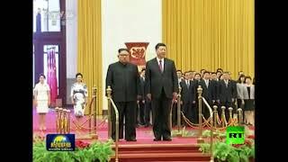 شاهد.. لحظة استقبال الرئيس الصيني للزعيم الكوري الشمالي