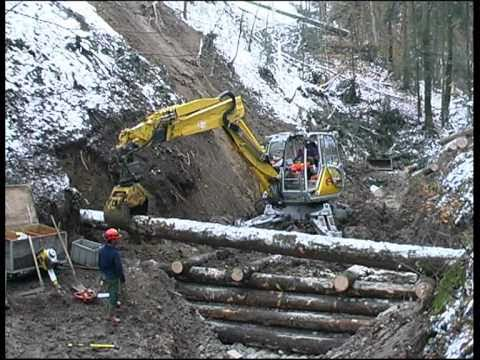 Menzi Muck A91 4x4plus baut Holzgallerie - securing a stream bed