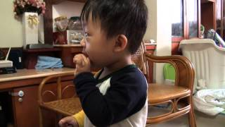 兩歲哥哥教一歲弟弟不要被桌子夾住 thumbnail