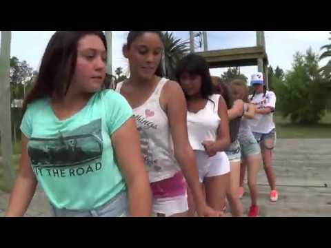 Chicas Bailando el Congelado. Barra Santa Lucia.Uruguay