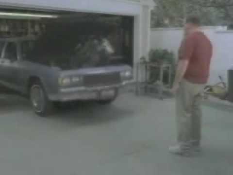Lustige Autowerbung – Motor kotzt Menschen an