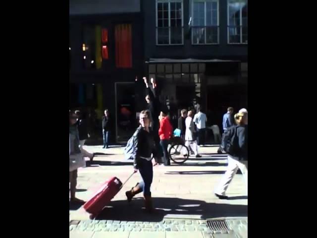 Auf der Straße wildfremde Menschen umarmen