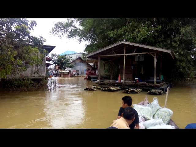Banjir 2014 - Crossing Sg Golok by Boat