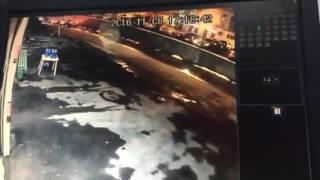 В Рязани автомобиль упал на крышу машины(, 2016-11-08T19:56:02.000Z)