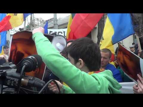 Portretul lui Putin ars în fața ambasadei ruse de la Chișinău