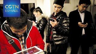 Más chinos utilizan sus teléfonos móviles para navegar en Internet