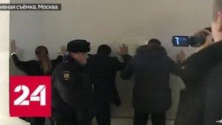 Как аферисты из автосалона заставляли клиентов подписывать грабительские договоры - Россия 24