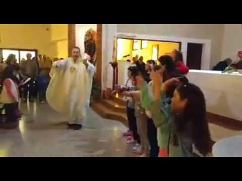 """Un sacerdote sorprende en una iglesia con su propia versión de """"Despacito"""""""