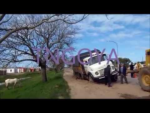 Camión empantanado en la banquina junto a la Av Francisco Saá