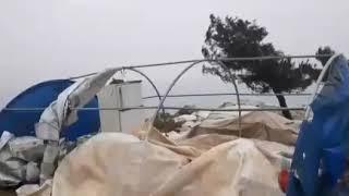 تطاير عشرات الخيام جراء العاصفة بالقرب مدينة #كفرتخاريم بريف #إدلب