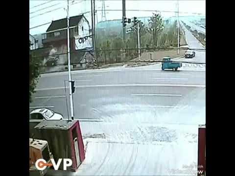 Авто приземлился на крышу дома