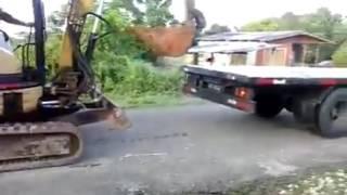 Video unik-menaikkan alat berat tanpa bantuan