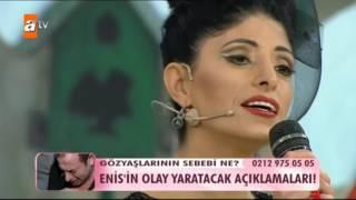 Esra erol'da şarkı söyleyen kadın