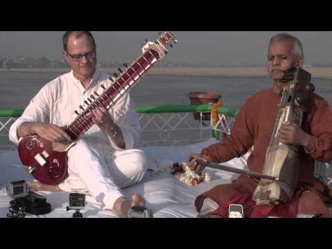 Sitar in Varanasi auf dem Ganges (Ten Years After)