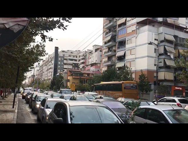 Ora News - VIDEO/ Devijimi i qarkullimit, trafik e kaos në rrugët dhe rrugicat e Tiranës