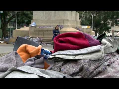 Cobertores aparecem abandonados em vários pontos de São Paulo