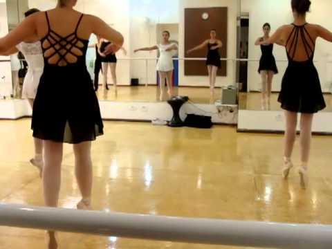 Aulas de ballet cl ssico para adultos na sala de dan a for Sala de adultos de moda
