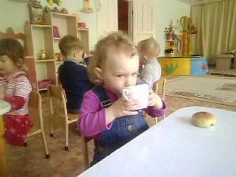 Маша в садике. Булочка и чай.