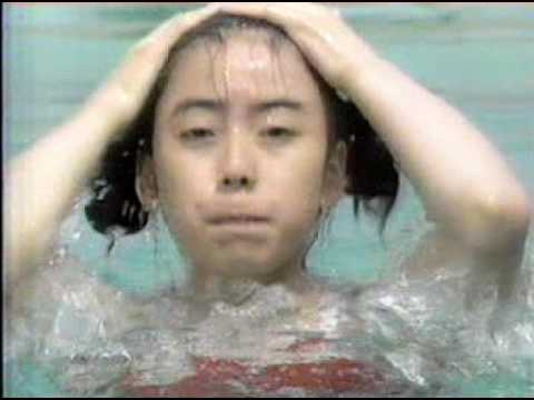 お宝  赤いスクール水着着た女の子が透けてます!