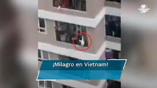 La niña trepó por los barrotes del balcón y quedó colgada en la parte exterior, sostenida con un solo brazo; el repartidor esperaba a un cliente cuando oyó los gritos de auxilio