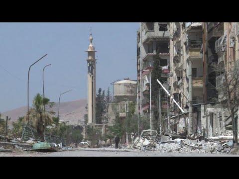 المدنيون يجوبون أحياء دوما المدمرة في الغوطة الشرقية