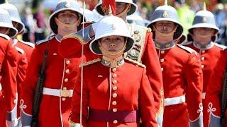 Смену караула у Букингемского дворца впервые возглавила женщина (новости)