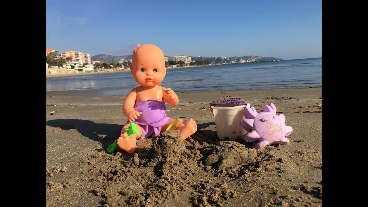 La bebe nenuco juega en la playa con una piscina for Piscina bebe con parasol
