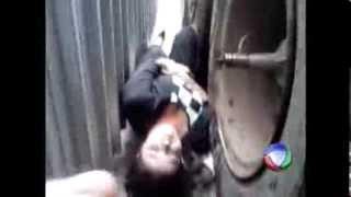 Mulher é prensada em muro por caminhão   Videolog tv   A Maior Comunidade de videos do Brasil thumbnail