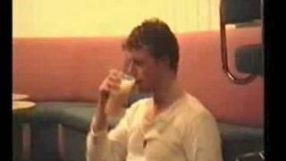 Alkohol Recykling ^^ Besoffener kotzt sich ins Bier