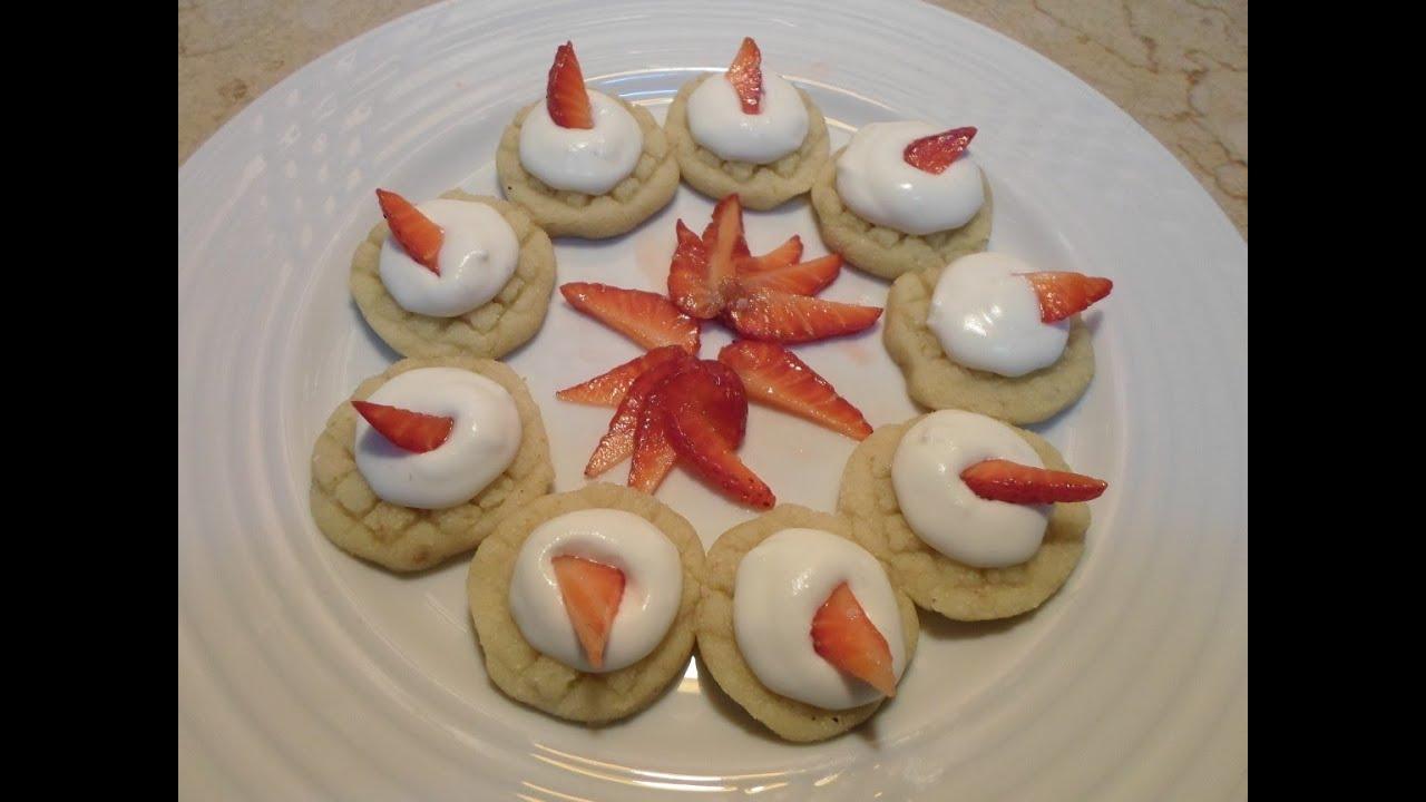 طريقة عمل حلوى السميد بالقشطة و الفراولة الطازجة