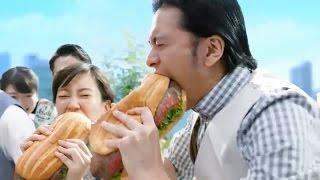 【日本廣告】長瀨智也坐直昇機運來上等肉,在鐵板上加蒜及醬汁煎香,放...