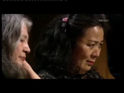 Martha Argerich & Akiko Ebi in ma mere l'oye p piano a 4 manos b