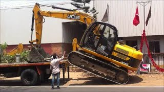 Video Dangerously unloading an excavator at roadside with heavy trafic download MP3, 3GP, MP4, WEBM, AVI, FLV Oktober 2018