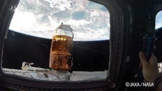 キューポラから見える景色を説明する油井宇宙飛行士 (撮影日:2015年9...