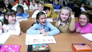 Дети засмеялись, когда учительница сделала ошибку на доске, но она сделала это специально