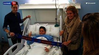 Los jugadores y jugadoras del Levante UD reparten sonrisas en el Hospital La Fe