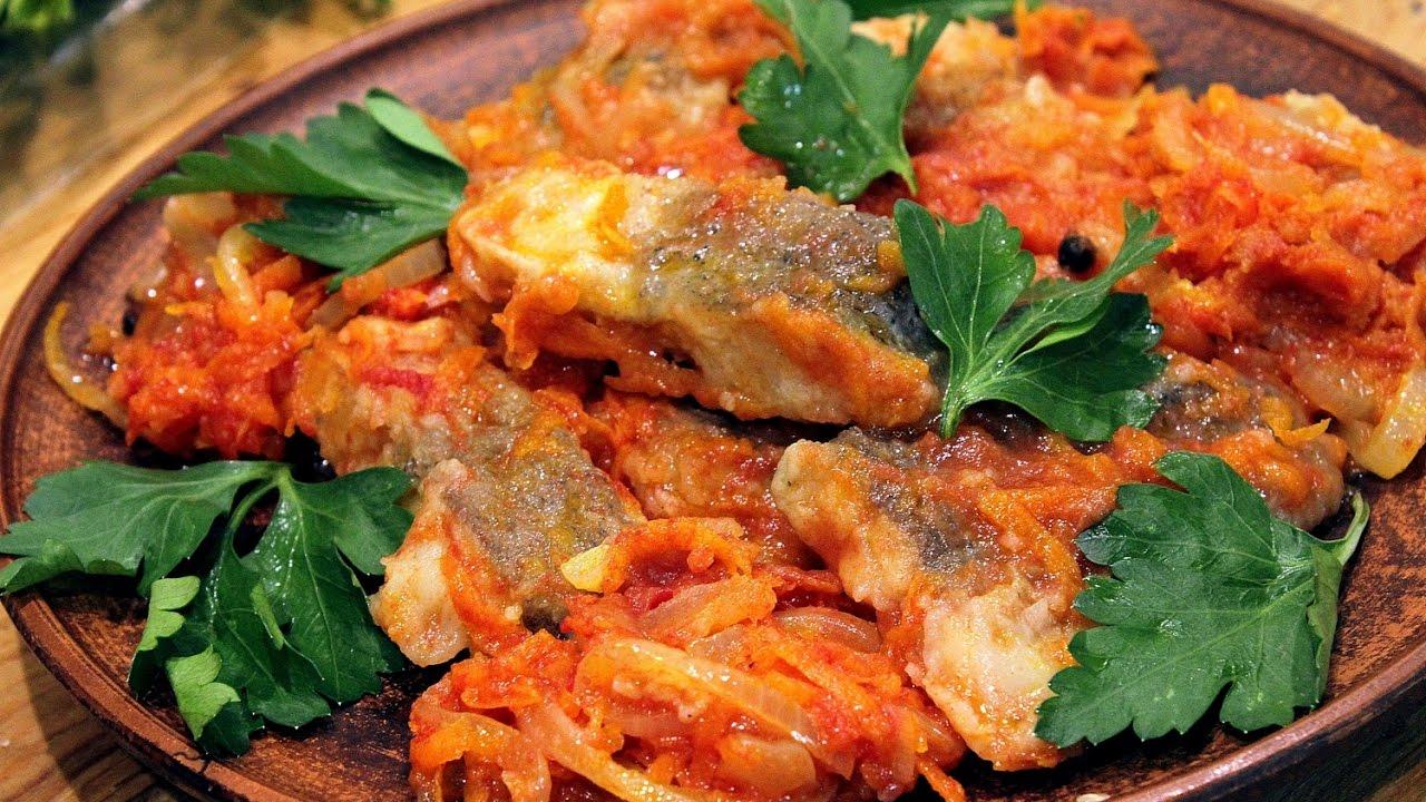 Рыба в томатном соусе с морковью