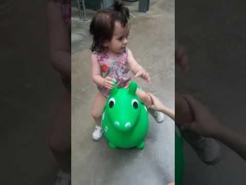 Niña anda a caballo verde