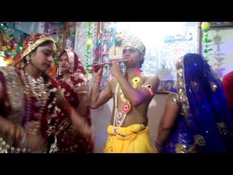 Krishna bhajan - Aao meri sakhiyo mujhe mehndi laga do