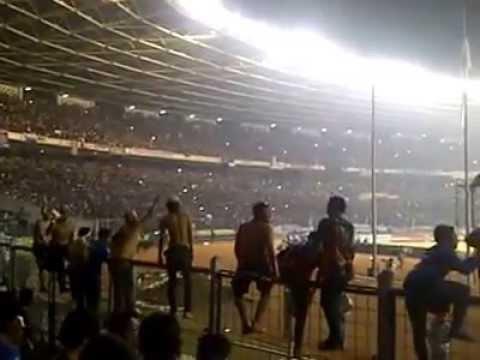 Bobotoh menyanyikan Persib We Will Stay Behind You di Stadion GBK pinal piala presiden