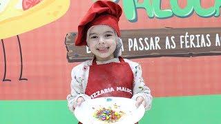 Laurinha brincando de fazer pizza na PIZZARIA DA LAURA