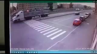 Смотреть видео Смертельное ДТП на Обводном канале с такси и грузовиком в Санкт-Петербурге онлайн