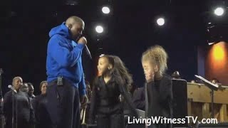 Kanye West with dauġhter North on stage LIVE