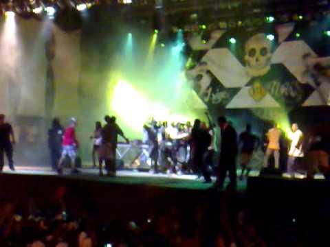 Galera sobe no palco no show do Racionais MCs em Salvador.