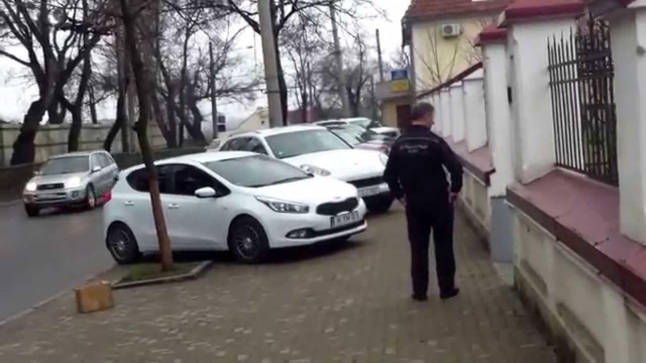 Dascălii de magistrați au ocupat trotuarul cu mașinile lor