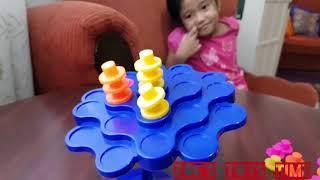 Дитина грає баланс ігри і вчити кольори і цифри