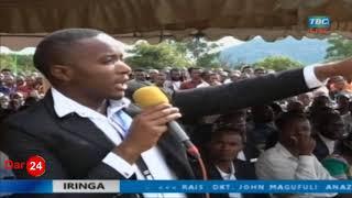 Rais Magufuli akijibu maswali aliyoulizwa na Wanafunzi wa Chuo Kikuu cha Mkwawa
