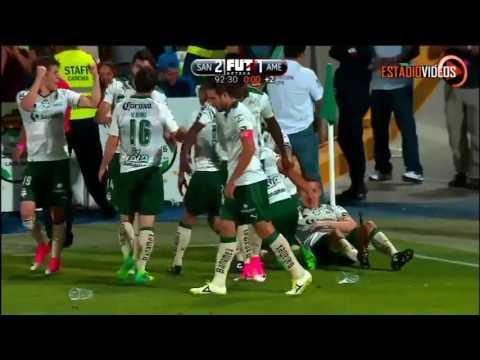 Chepo de la Torre le festeja el gol a La Volpe